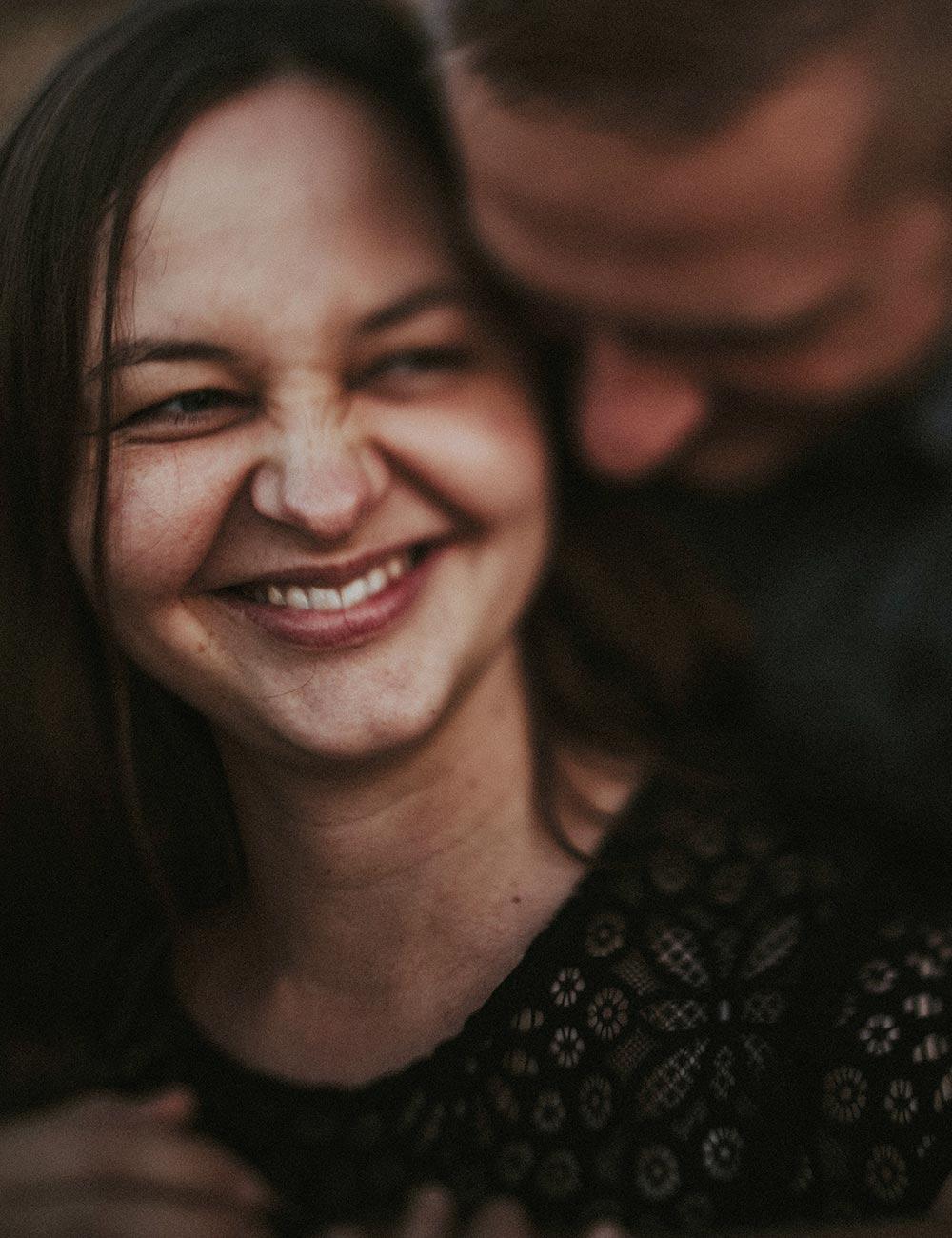 Ein glückliches Paar eng zusammenhaltend.